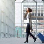 Eine Frau am Flughafen, was gilt für Arbeitnehmer nach dem Bundesurlaubsgesetz