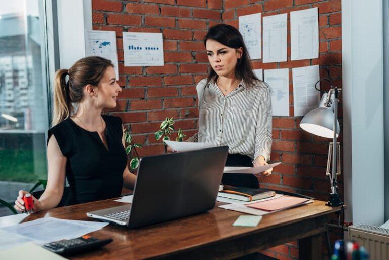 Eine Frau arbeitet als Bürokauffrau nach einer Umschulung