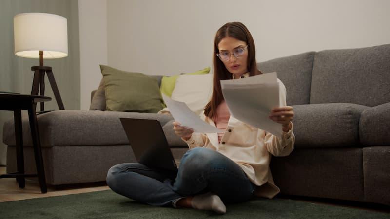 Eine Frau durchsucht das Zeugnis nach versteckten Zeugniscodes