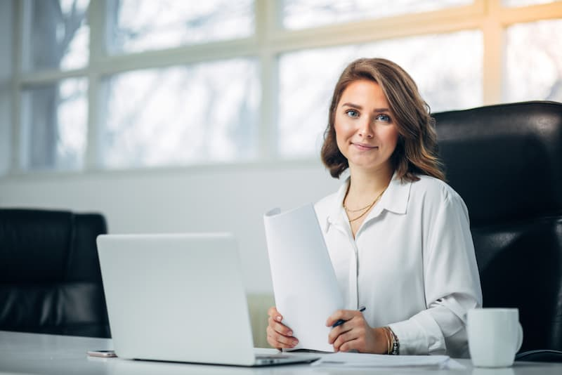 Eine Frau macht eine Umschulung zur Verwaltungsfachangestellten