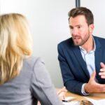 Gespräch zwischen Vorgesetztem und Mitarbeiter über den Anstellungsvertrag