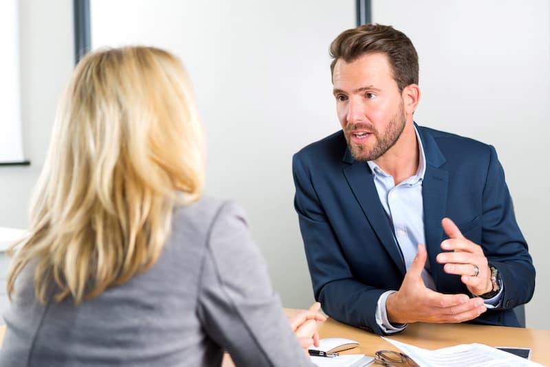 Ein Geschäftsführer nennt die Bedingungen des Anstellungsvertrags