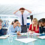 Die Geschäftsführung verkündet eine Urlaubssperre bei einem Meeting und die Mitarbeiter sind entsetzt
