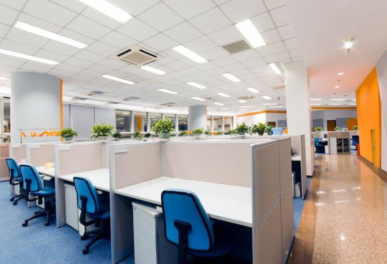 Ein Büro mit Clean-Desk-Policy, mehrere saubere Tische stehen im Vordergrund