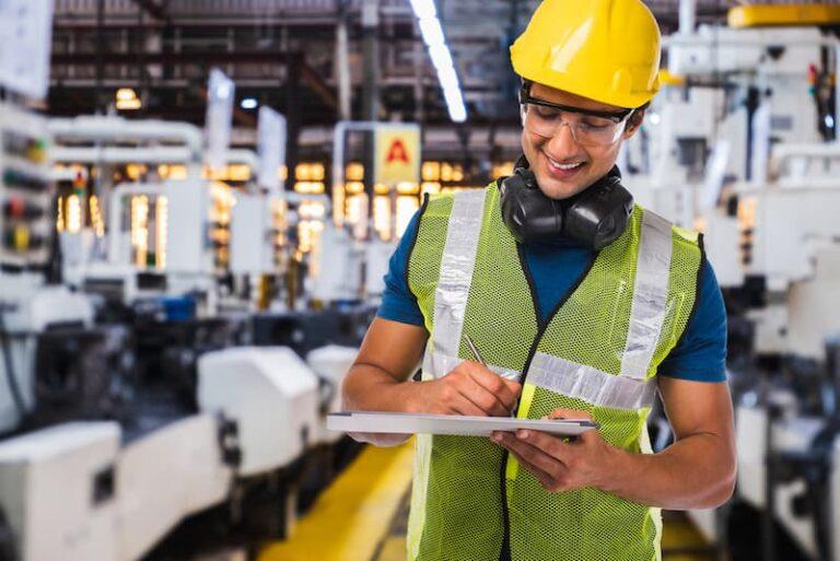 Ein Mann geht einem Job in der Industrie nach, er macht Zeitarbeit