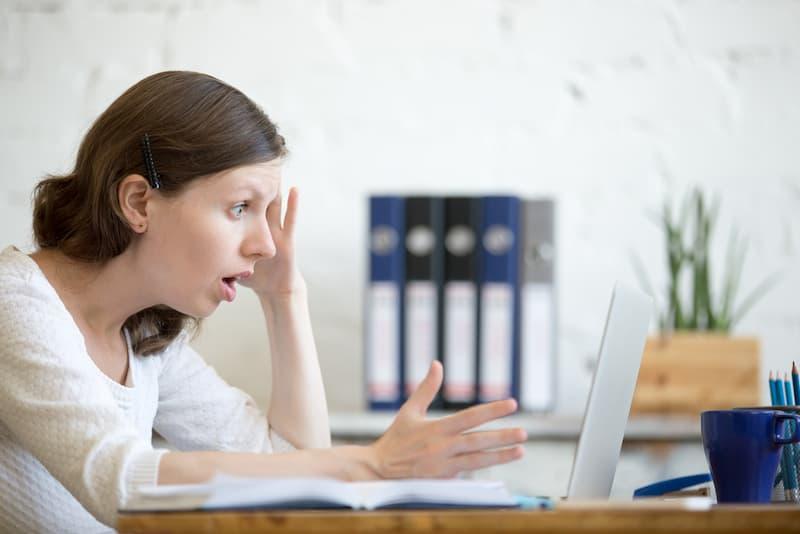 Eine Auszubildende ist geschockt, sie erhielt eine Abmahnung während der Ausbildung