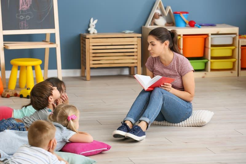 Eine Frau als Erzieherin im Kindergarten nach einer Umschulung