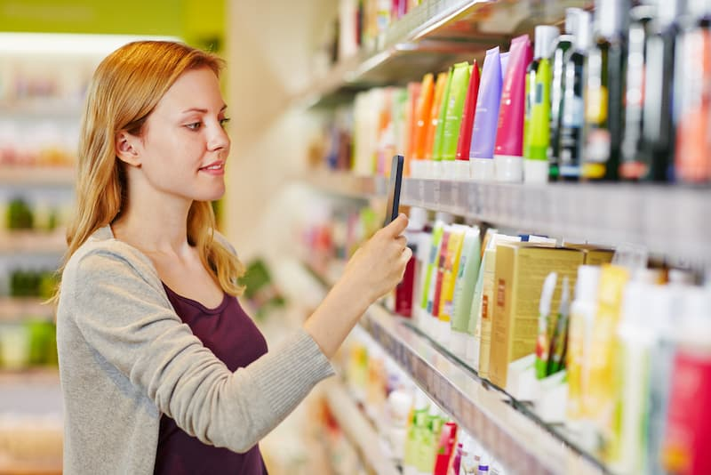 Eine Frau beim Crowdworking im Supermarkt