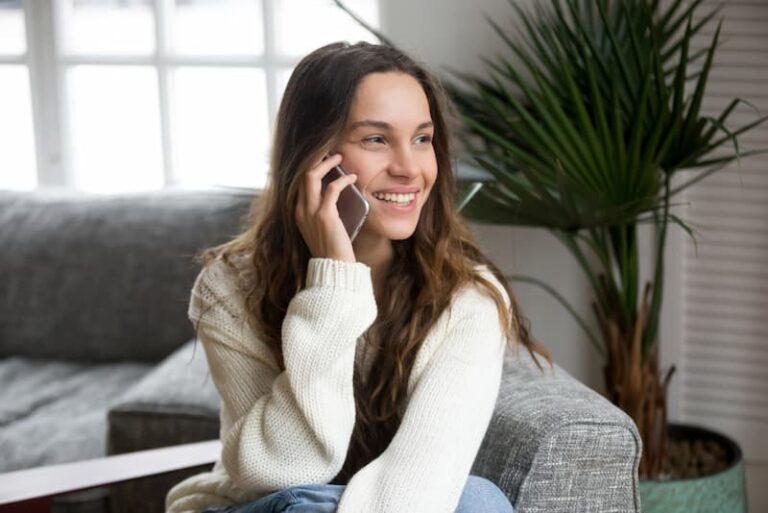 Eine Frau telefoniert mit einem Firmenhandy