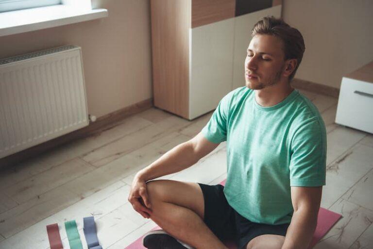 Ein Mann meditiert, er macht eine Konzentrationsübung